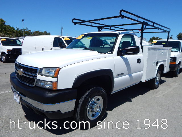 2007 Chev 2500 HD 8' Utility with RACK & SLIDING CENTER COVER - 24,500 MILES - 4 X 4